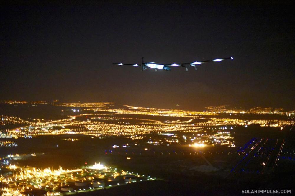 ภาพแรกเมื่อ โซลาร์ อิมพัลส์ ทู มาถึงเกาะฮาวาย ภาพจาก Solar Impulse