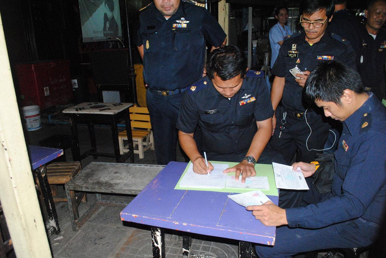 เจ้าหน้าที่หลายฝ่ายเข้าตรวจสอบสถานบันเทิงรอบๆ มหาวิทยาลัยหอการค้าไทย