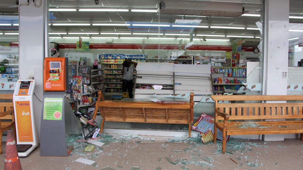 สภาพร้านสะดวกซื้อที่ถูกชนเสียหาย