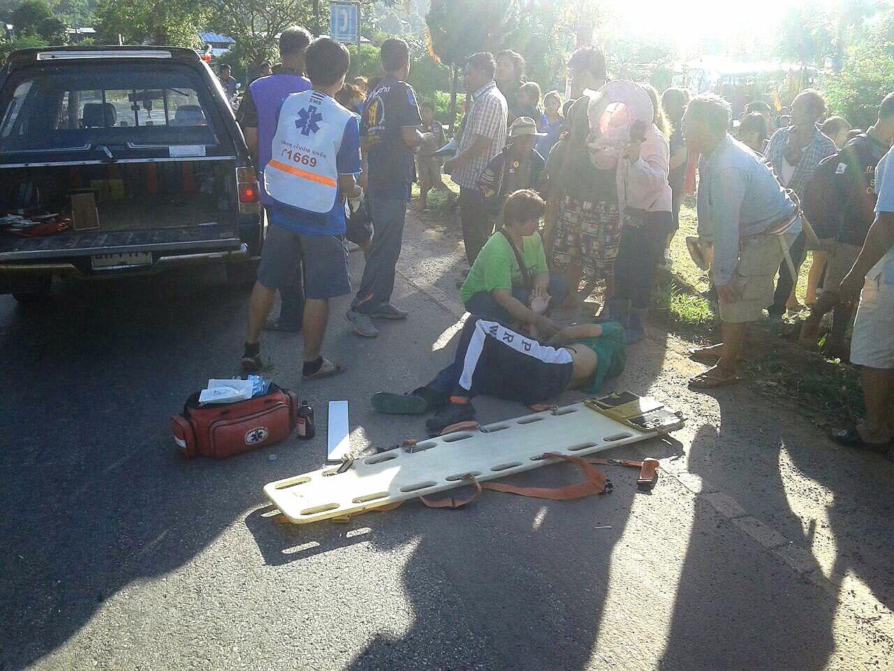 หน่วยกู้ภัยกำลังเคลื่อนย้ายผู้บาดเจ็บออกจากที่เกิดเหตุ