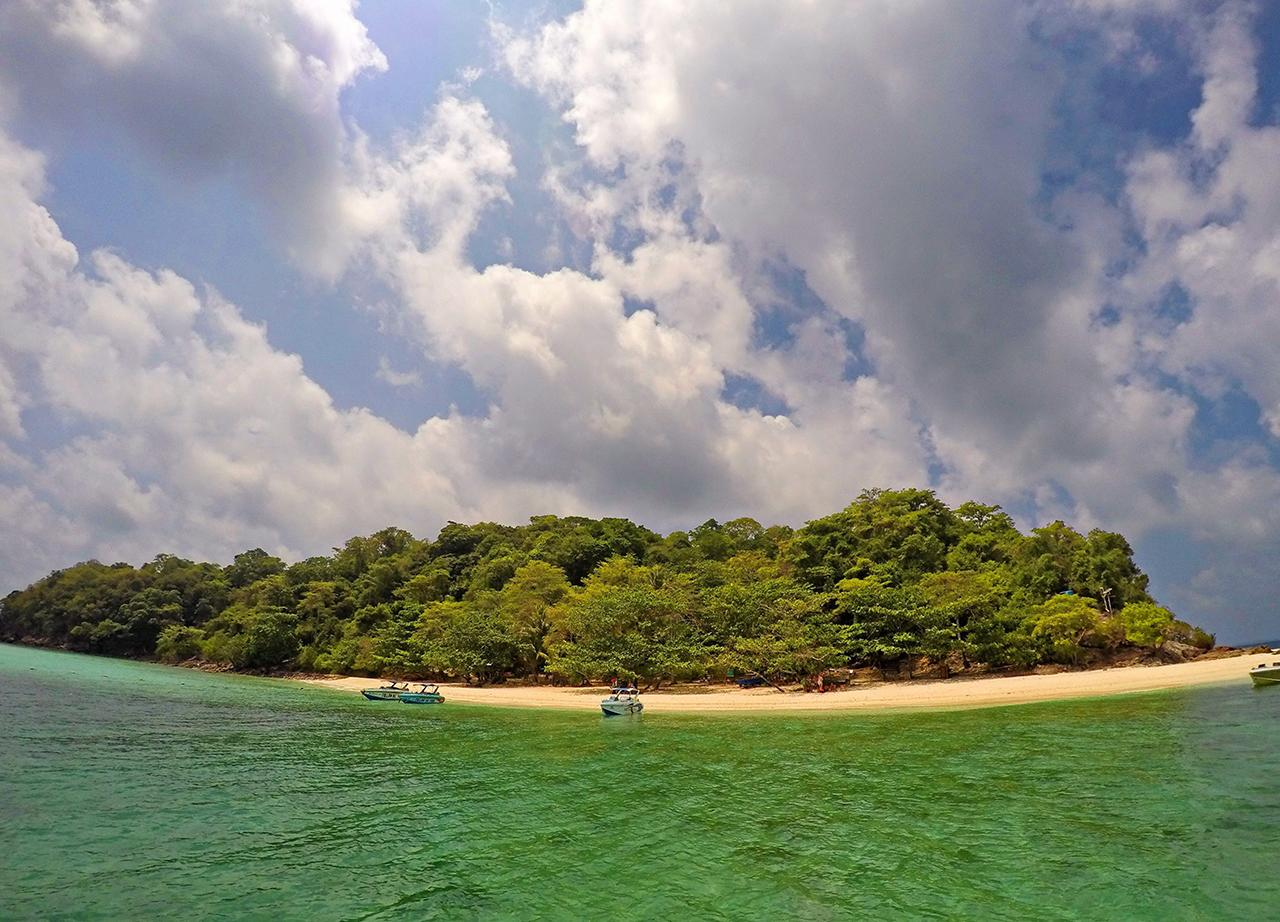 ด้านหน้าหาดของเกาะทะลุ...