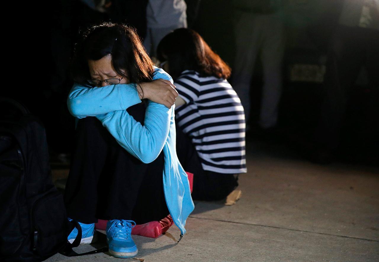 ครอบครัวของผู้โดยสารเรือสำราญรอฟังข่าวด้วยความเศร้าหมอง (ภาพ: REUTERS)