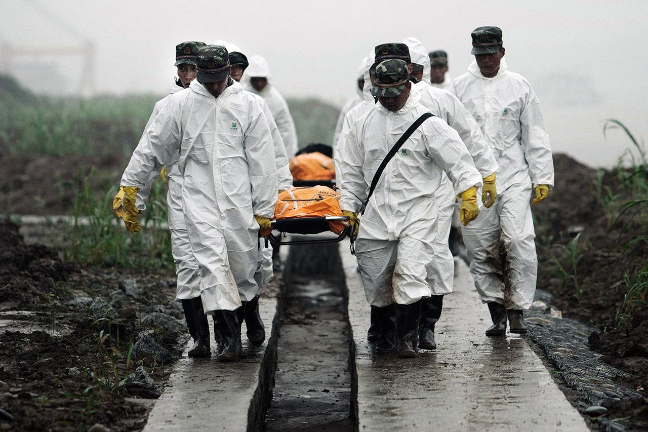หน่วยกู้ภัยจีน ลำเลียงศพผู้เสียชีวิตในเหตุเรือสำราญล่มในแม่น้ำแยงซี ขึ้นฝั่ง (ภาพ: AP)