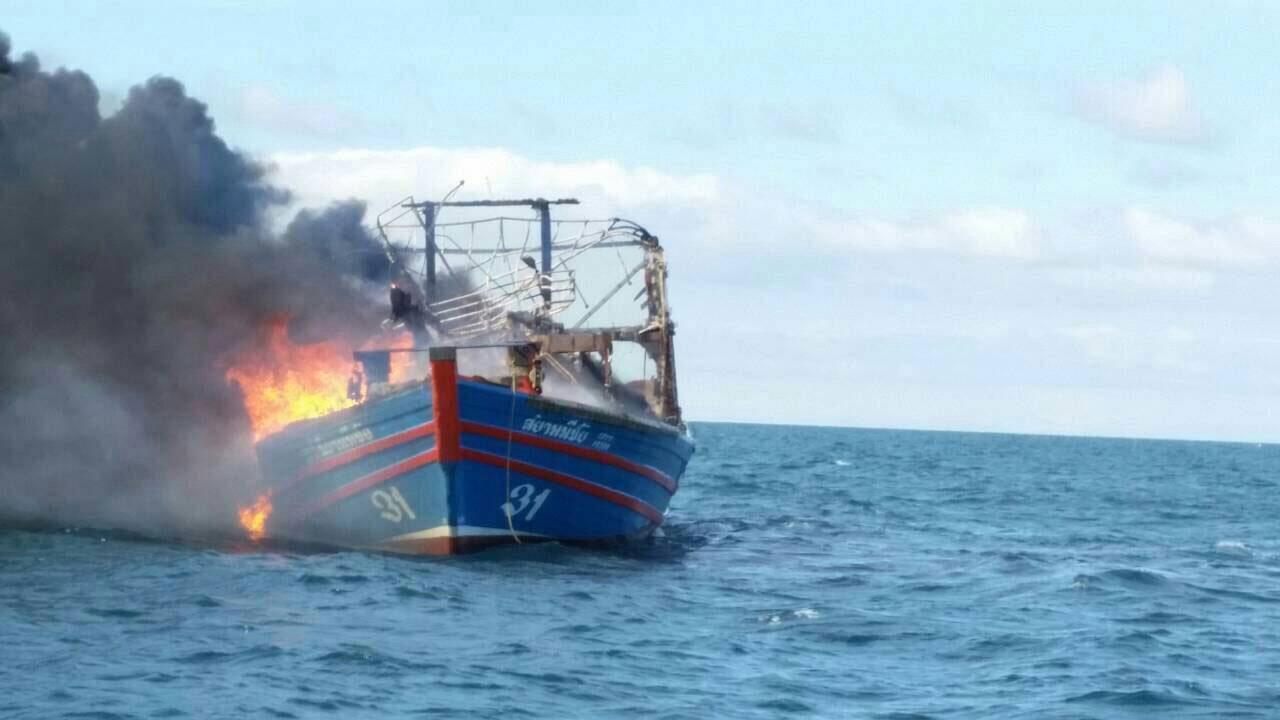 ภาพขณะเกิดเพลิงไหม้เรือประมง กลางทะเลชุมพร