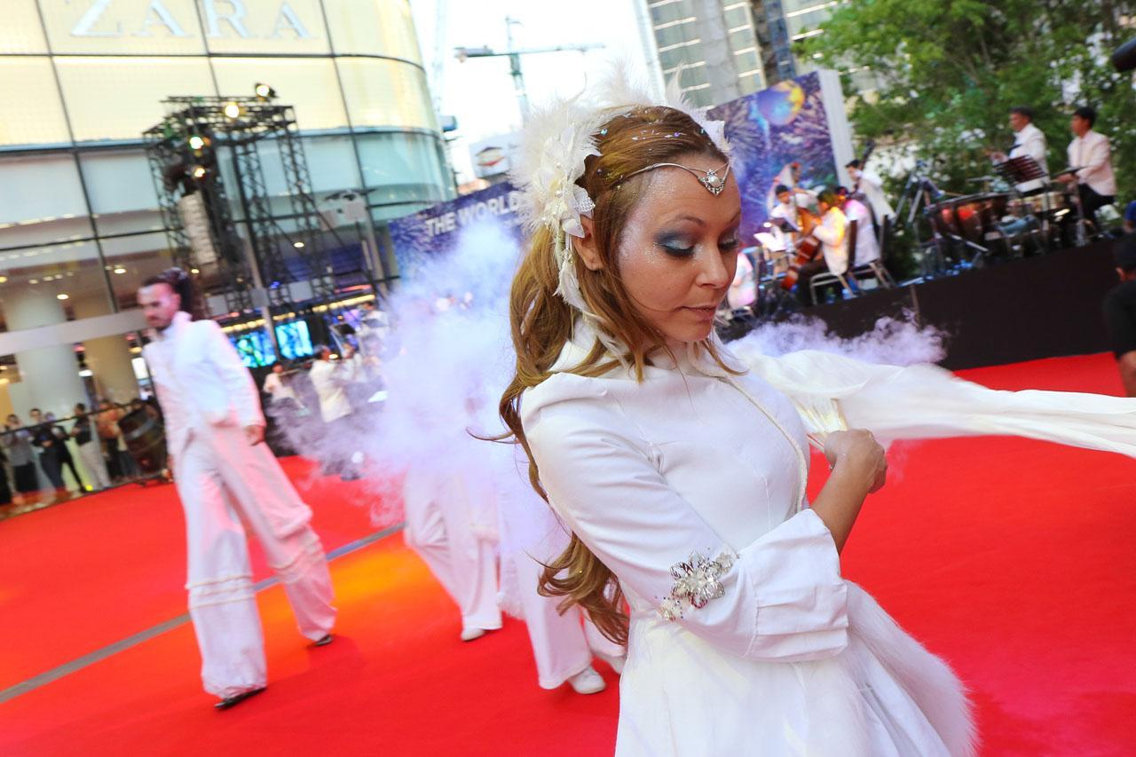 เหล่านักแสดง Street Performance ร่วมสร้างสีสัน ได้ชมในระยะประชิดเลยทีเดียวว ....