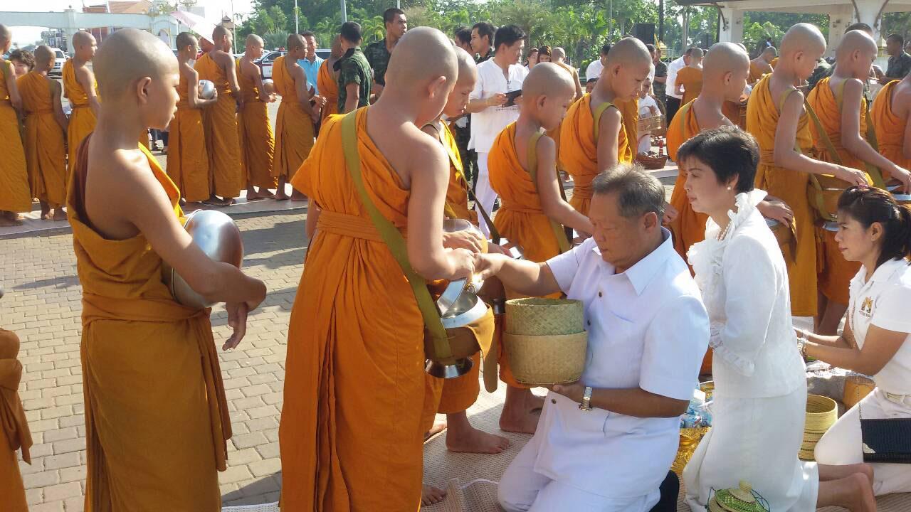 พุทธศาสนิกชนทั้งไทยและเมียนมา ร่วมทำบุญตักบาตรที่สะพานมิตรภาพไทย-เมียนมา