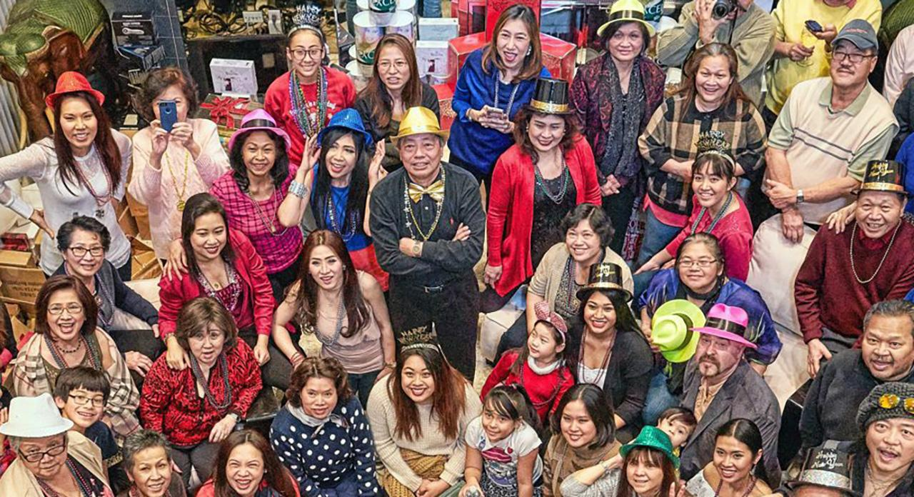 ฉลองปีใหม่ ไพโรจน์-สุดา วงศ์สว่างศิริ เปิดชวนเพื่อนชุมชนไทยในนคร ชิคาโก รัฐอิลลินอยส์ สหรัฐฯ ไปร่วมฉลองต้อนรับปีใหม่ ท่ามกลางบรรยากาศอันชื่นมื่น.