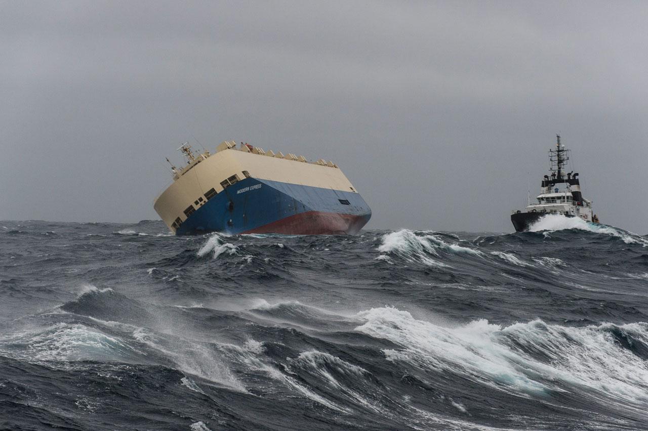 คลื่นลมแรงมาก เป็นอุปสรรคในการกู้เรือให้ตั้งตรงตามเดิม