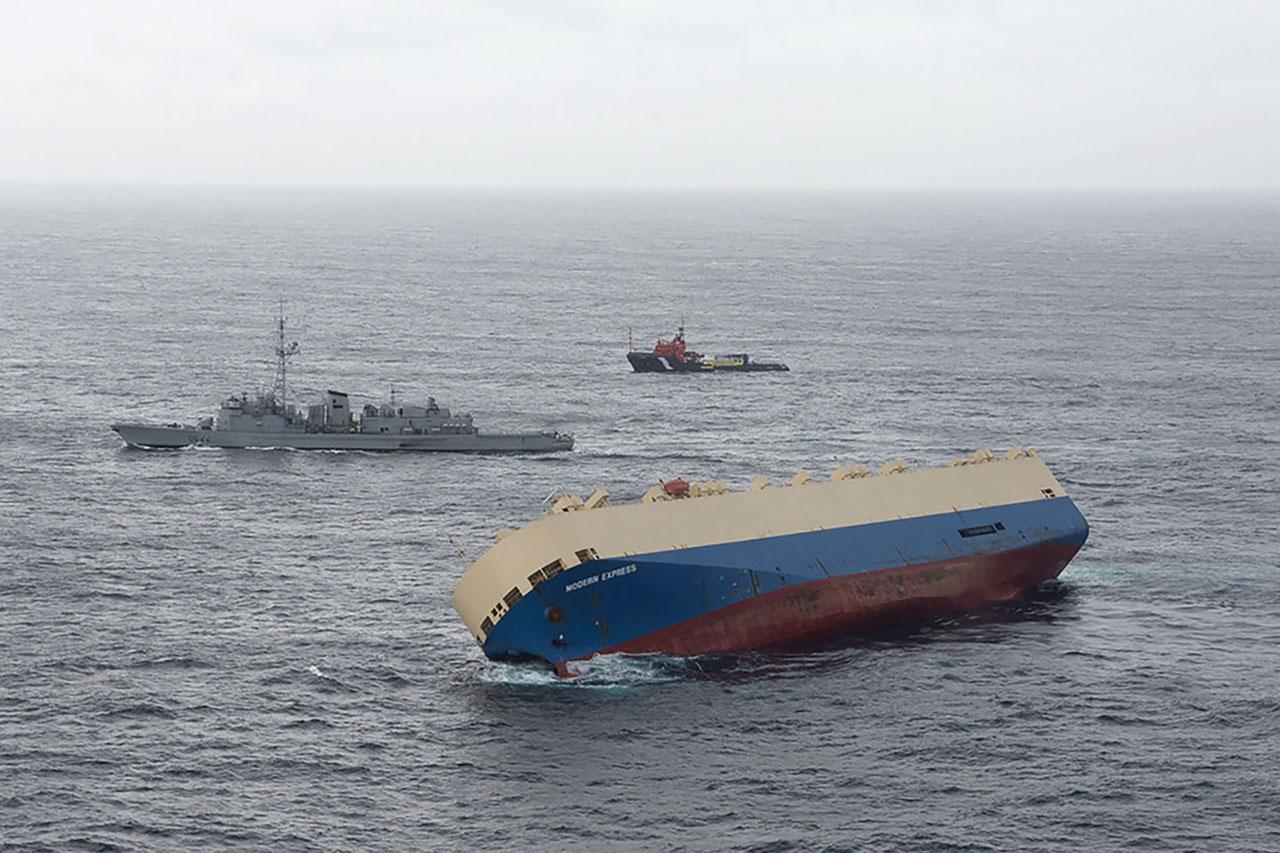 เรือลอยตามยถากรรม มุ่งหน้ามายังชายหาดฝรั่งเศส