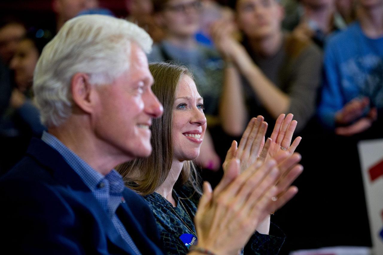 อดีตประธานาธิบดีบิล คลินตัน และเชลซี บุตรสาวมาเป็นกำลังใจให้ฮิลลารี หาเสียงที่รัฐไอโอวา