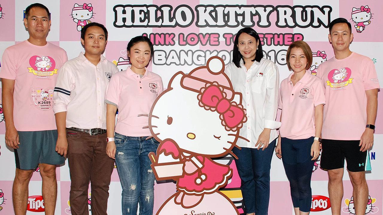 แฟนคลับเยอะ ชญาน์ฑัต เหล่าสุวรรณ์, สรายุทธ บุณยะศรี, ศุภรักษ์ ศุขเกษม, ทวีทรัพย์ ลีลากิตติวงศ์ และ วรัญญา ม่วงศิริ มาร่วมในงาน Hello Kitty Run Bangkok 2016-Link Love Together กิจกรรมรวมพลแฟนคลับ เฮลโลคิตตี้ ที่สถานีรถไฟฟ้าแอร์พอร์ตเรลลิ้ง มักกะสัน วันก่อน.
