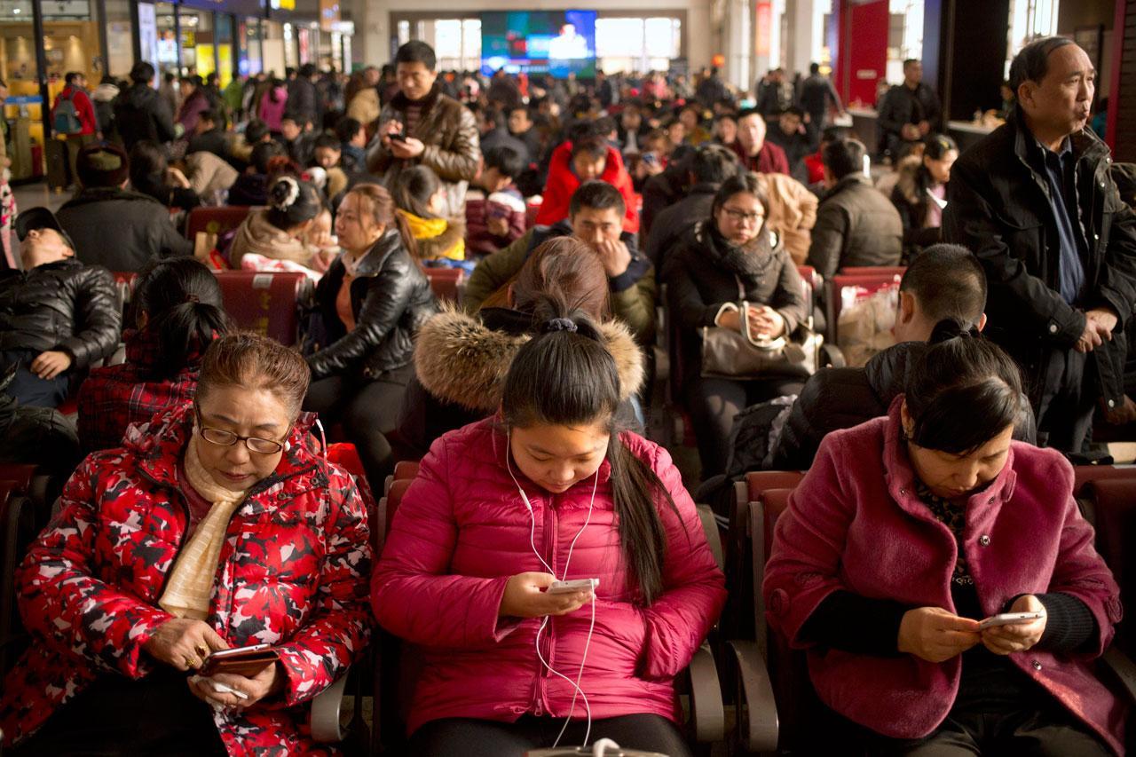 ชาวจีนจำนวนมากรอรถไฟกลับบ้านเกิดที่สถานีรถไฟในกรุงปักกิ่ง