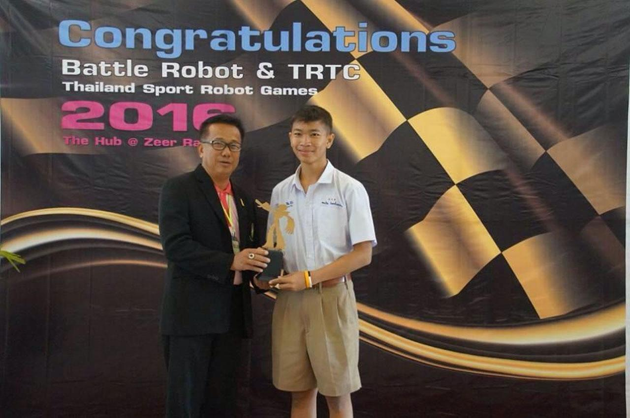 ผอ สมเดช ดีทรัพย์ ผู้อำนวยการโรงเรียนหนองบัว  ทีปรึกษาชมรมครูหุ่นยนต์ไทย มอบรางวัลให้ตัวแทนโรงเรียนคว้าแชมป์ Thailand Sport Robot Games 2016