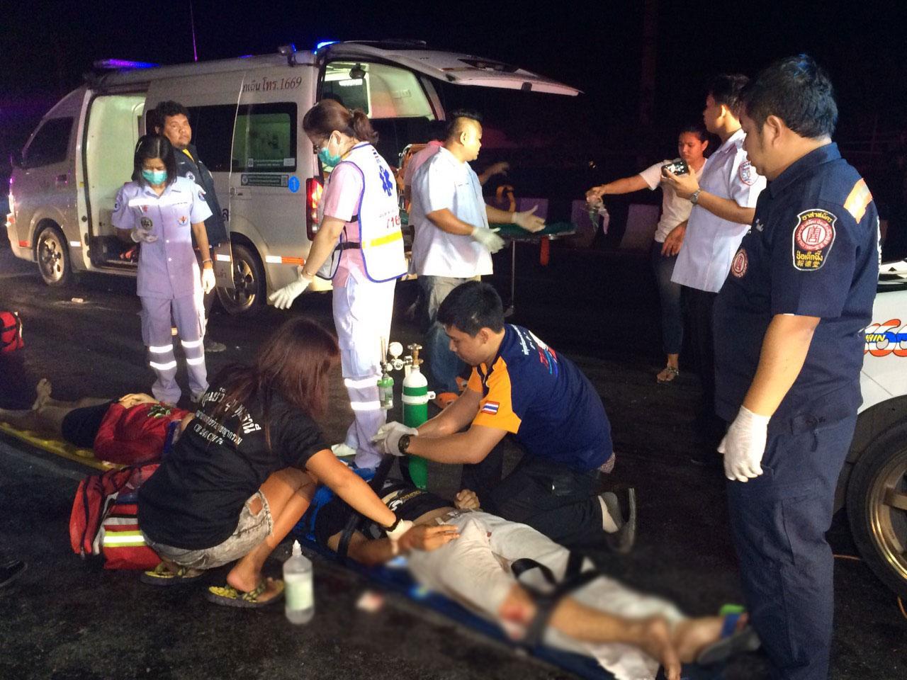 เจ้าหน้าที่ช่วยกันปฐมพยาบาลเบื้องต้นแก่ผู้บาดเจ็บในที่เกิดเหตุ