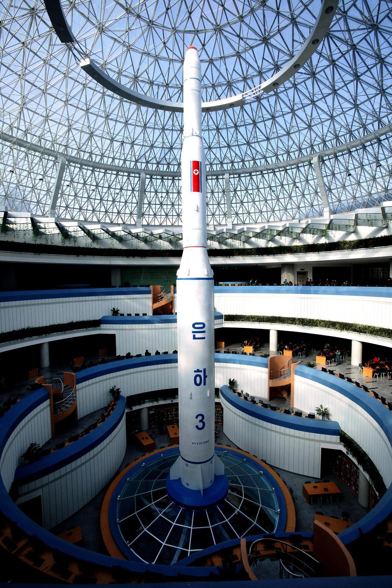 จรวดส่งดาวเทียม อึนฮา 3 ถูกนำมาแสดงที่ศูนย์ไซเทค ในกรุงเปียงยาง เมื่อ 3 ก.พ.59