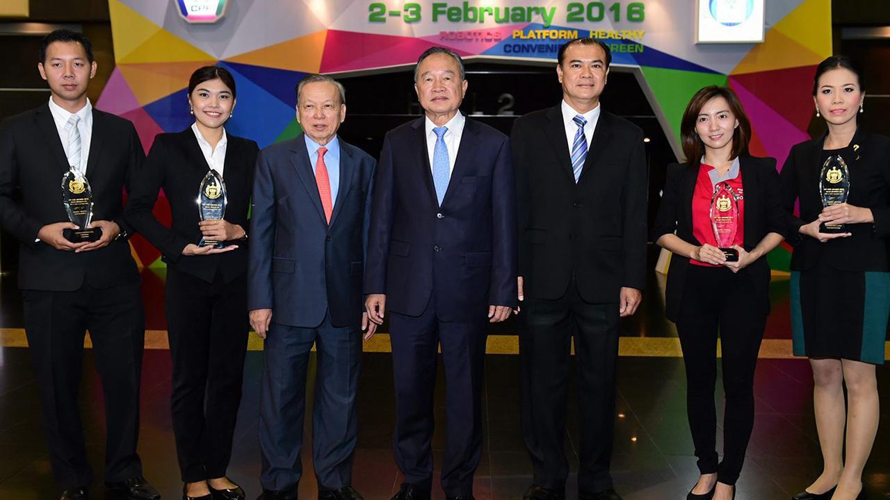 """แสดงผลงาน อดิเรก ศรีประทักษ์ เปิดงาน """"CPF CEO Awards 2015"""" เพื่อเปิดโอกาสให้บุคลากรทั้งในและต่างประเทศแสดงพลังความคิดสร้างสรรค์ผ่านผลงานนวัตกรรม โดยมี พงษ์ วิเศษไพฑูรย์ และ วิโรจน์ คัมภีระ มาร่วมงานด้วย ที่อิมแพ็ค เอ็กซิบิชั่น เซ็นเตอร์ เมืองทองธานี วันก่อน."""