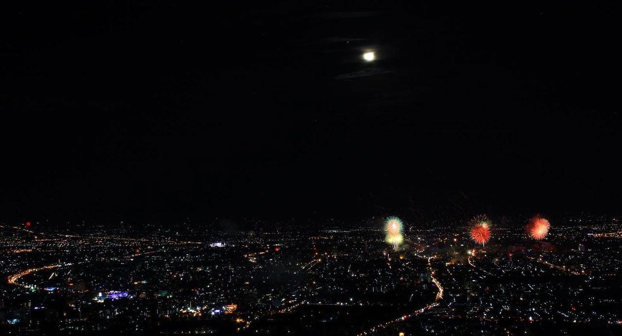 ตัวเมืองเชียงใหม่มองลงไปจากดอยสุเทพ ในคืนที่มีการจัดงานเคาท์ดาวน์ 2559