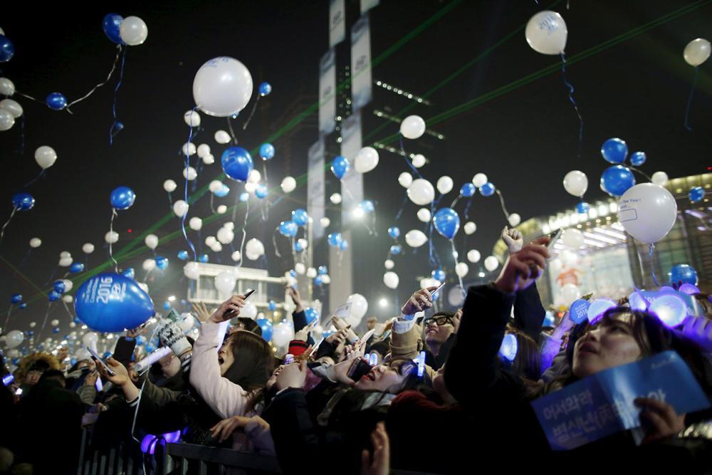 ชาวเกาหลีใต้ปล่อยลูกโป่งในงานเคาต์ดาวน์ ที่กรุงโซล (ภาพ: REUTERS)