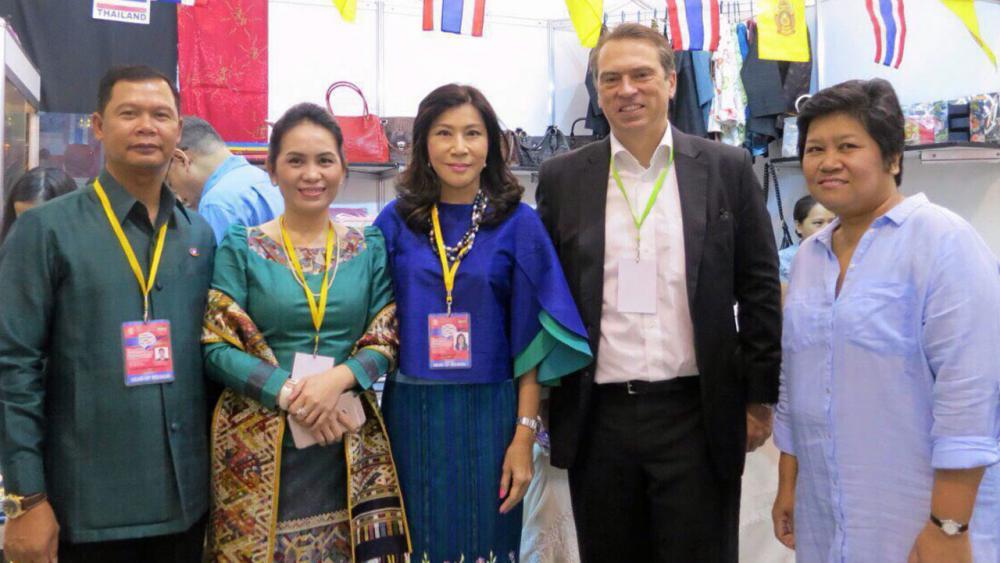 ร่วมงาน มนต์ทิพย์ อุปัติศฤงค์ ภริยา ออท.ณ กรุงมะนิลา ฟิลิปปินส์ นำคณะไปร่วมงาน International Bazaar ของ กต.ฟิลิปปินส์ มีกริทเชน ได โรซาริโอ ภริยา รมว.ต่างประเทศฟิลิปปินส์ เป็นประธานจัด.