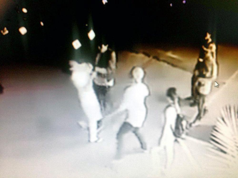 ภาพจากวงจรปิด กลุ่มชายฉกรรจ์รุมทำร้ายคนหน้าร้านอาหารกลางเมืองภูเก็ต