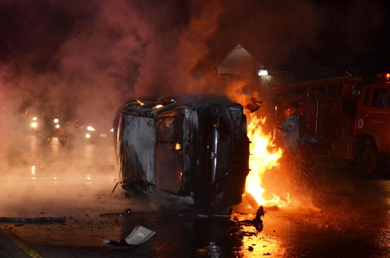ชาวบ้านช่วยคนขับออกมาได้ ก่อนถังน้ำมันระเบิด ไฟลุก