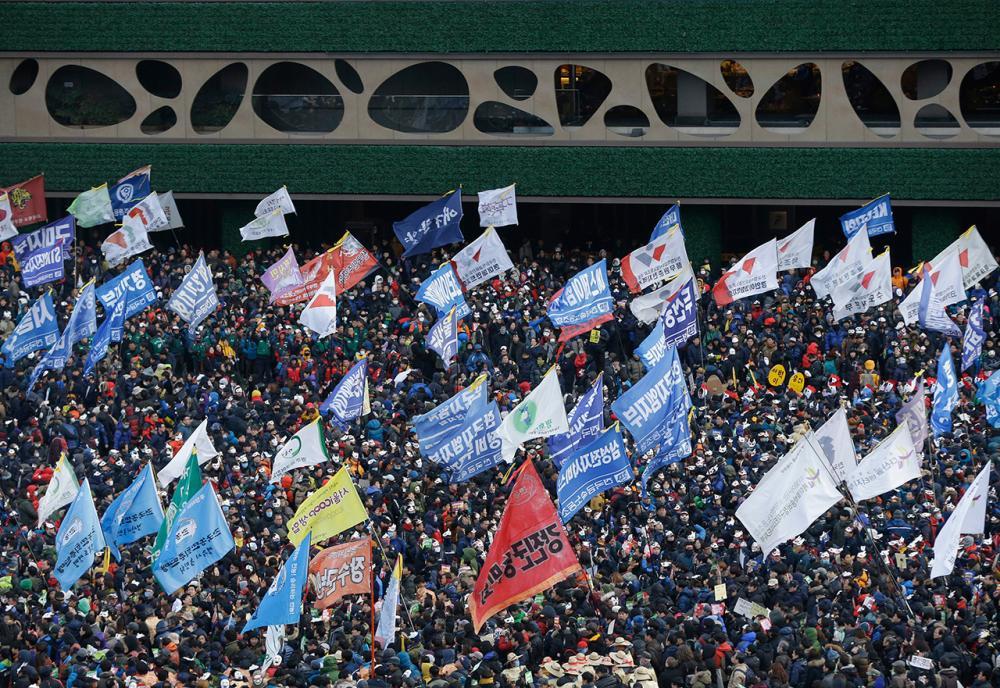 ชาวเกาหลีใต้ออกมาเดินขบวนประท้วงรัฐบาล (ภาพ: AP)