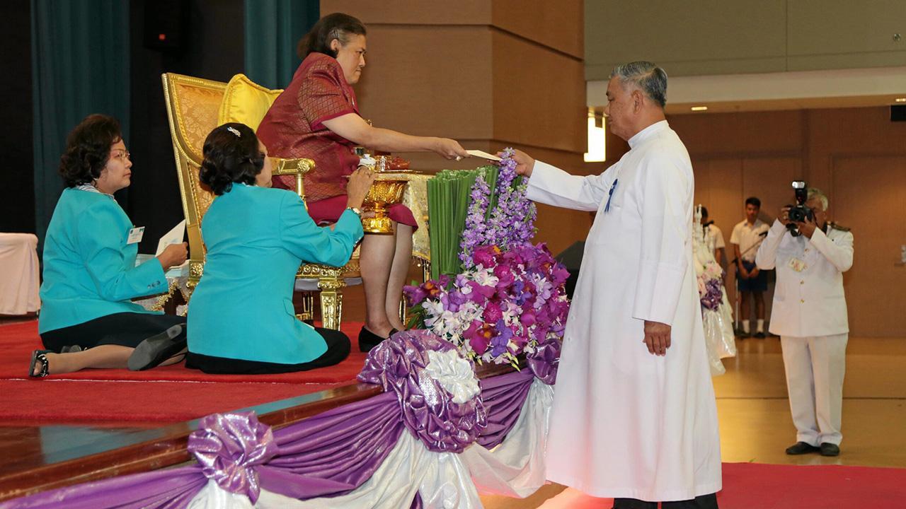 สมเด็จพระเทพรัตนราชสุดาฯ สยามบรมราชกุมารี เสด็จพระราชดำเนินไปพระราชทานรางวัลแก่ ผู้ชนะการแข่งขันในงานกิจกรรมประจำปี ครั้งที่ 36 ณ โรงเรียนอัสสัมชัญ ถนนเจริญกรุง บางรัก เมื่อวันที่ 29 พฤศจิกายน.