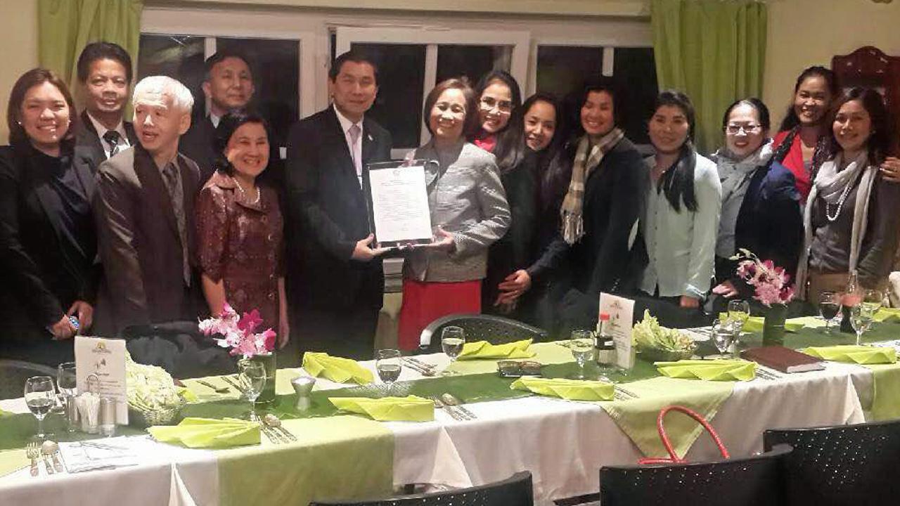 มอบใบรับรอง ไมตรี อินทุสุต ปลัดกระทรวงการพัฒนาสังคมฯ มอบใบรับรององค์กรเพื่อสังคมแก่ นงลักษณ์ ใจสงฆ์ ประธานชมรมหญิงไทยในยุโรป ในการพบปะรับฟังปัญหาที่เมืองคัวร์ สวิตเซอร์แลนด์.