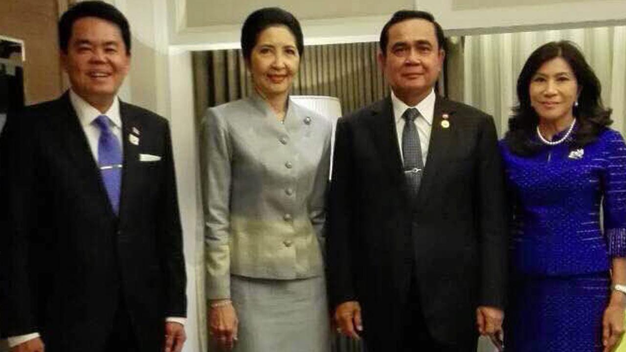 ไปประชุม พล.อ.ประยุทธ์ จันทร์โอชา นายกรัฐมนตรี และ รศ.นราพร ภริยา ไปร่วมประชุมผู้นำเอเปก ครั้งที่ 23 โดยมี ธนาธิป อุปัตติศฤงค์ ออท. ณ กรุงมะนิลา ฟิลิปปินส์ ต้อนรับ ที่กรุงมะนิลา.