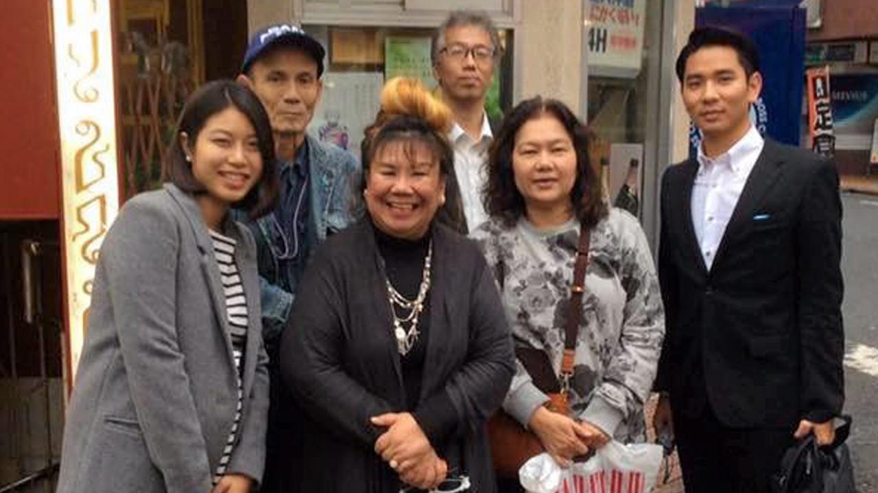 เยี่ยมเยียน สรัญญา จงใจหาญ ไปเยี่ยมเยียน สุพิชญ์-ชญา แฮริส ผู้สื่อข่าวไทยรัฐ ประจำญี่ปุ่น พนอจันวิชยา เทรายาม่า บล็อกเกอร์ชื่อดัง และ ยามาดะ ซูเฮ หนุ่มลูกครึ่งไทย-ญี่ปุ่นที่ร้านสามรส กรุงโตเกียว.