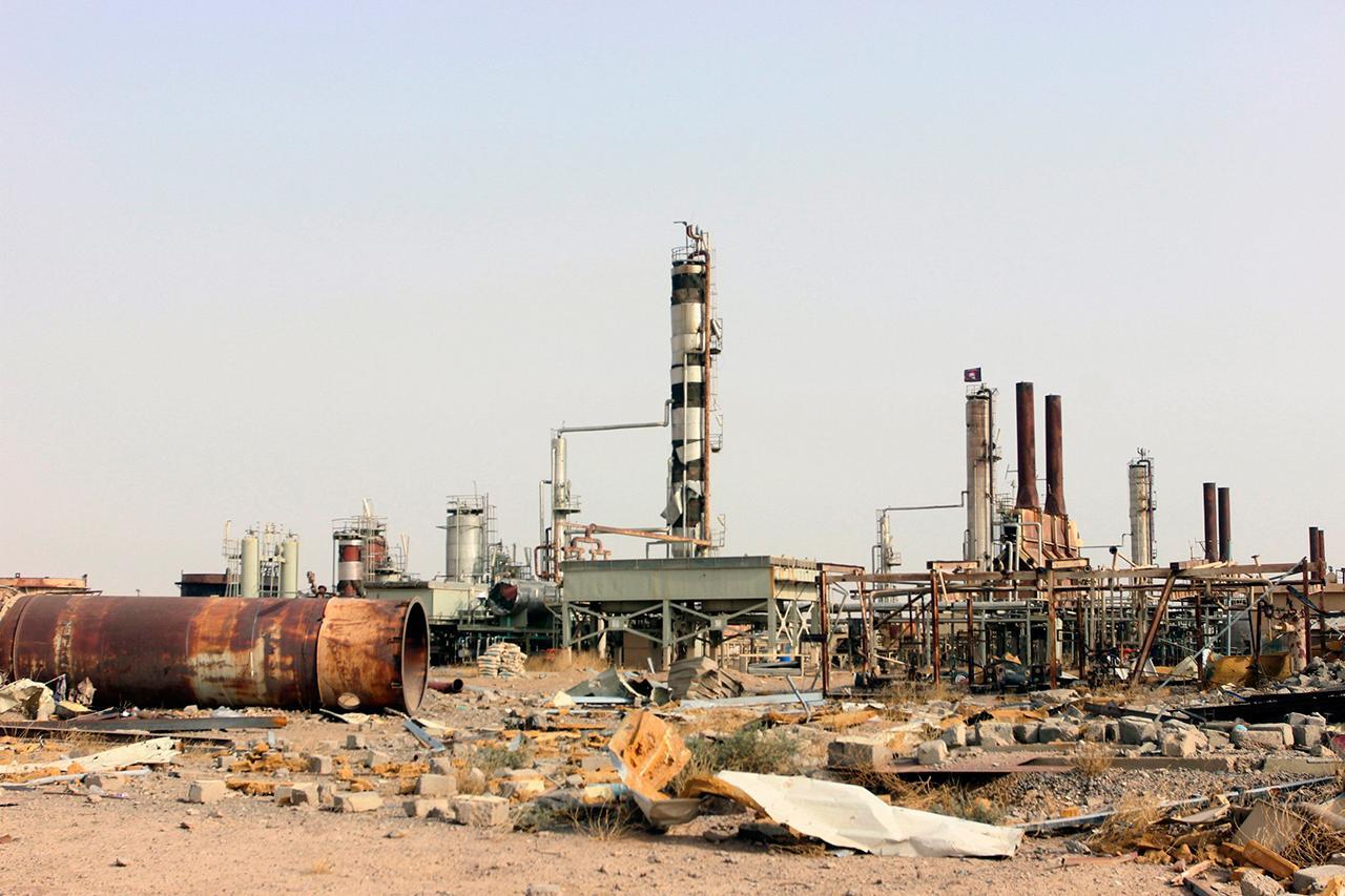 สภาพความเสียหายที่โรงกลั่นน้ำมันแห่งหนี่ง ในเมืองไบจิ ของอิรัก