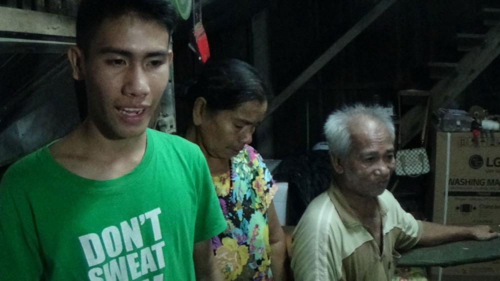 หนุ่มอ่างทองวัย 16 ปี กตัญญูทำงานหาเงี้ยงครอบครัวและตาที่ป่วยโรคกระดูกทับเส้น
