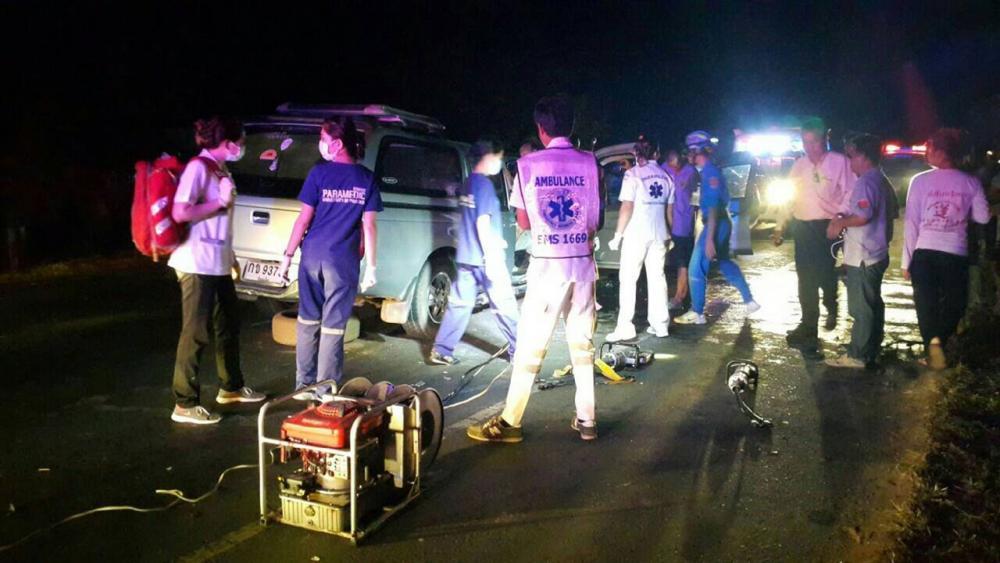 หน่วยกู้ภัยอโสกร้อยเอ็ด นำเอาเครื่องตัดถ่าง จาก ปภ.ร้อยเอ็ดช่วยนำร่างผู้เสียชีวิตออกจากซากรถ