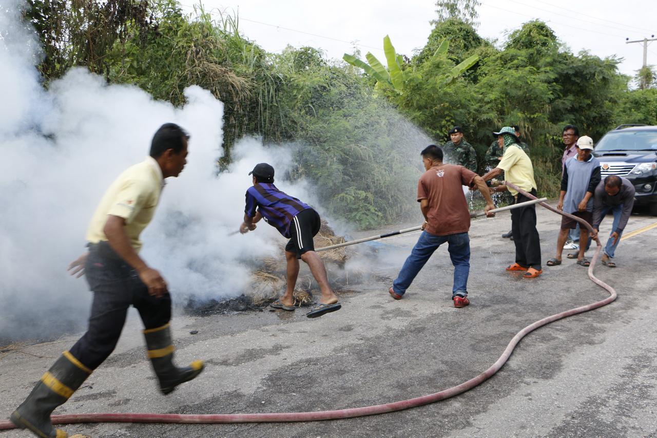 ชาวบ้านช่วยกันดับไฟ