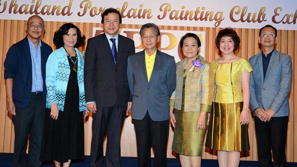 การกุศล ชวน หลีกภัย อดีตนายกรัฐมนตรี เปิดการแสดง นิทรรศการภาพวาดบนกระเบื้อง ครั้งที่3 จัดถึง 27 ธ.ค. เพื่อหารายได้ส่วนหนึ่งบำรุงสภากาชาดไทย โดยมี ศ.ดร.อภินันท์ โปษยานนท์ และ ชนิดา สุวรรณเพ็ญ มาร่วมงานด้วย ที่หอศิลปวัฒนธรรมแห่งกรุงเทพมหานคร วันก่อน.