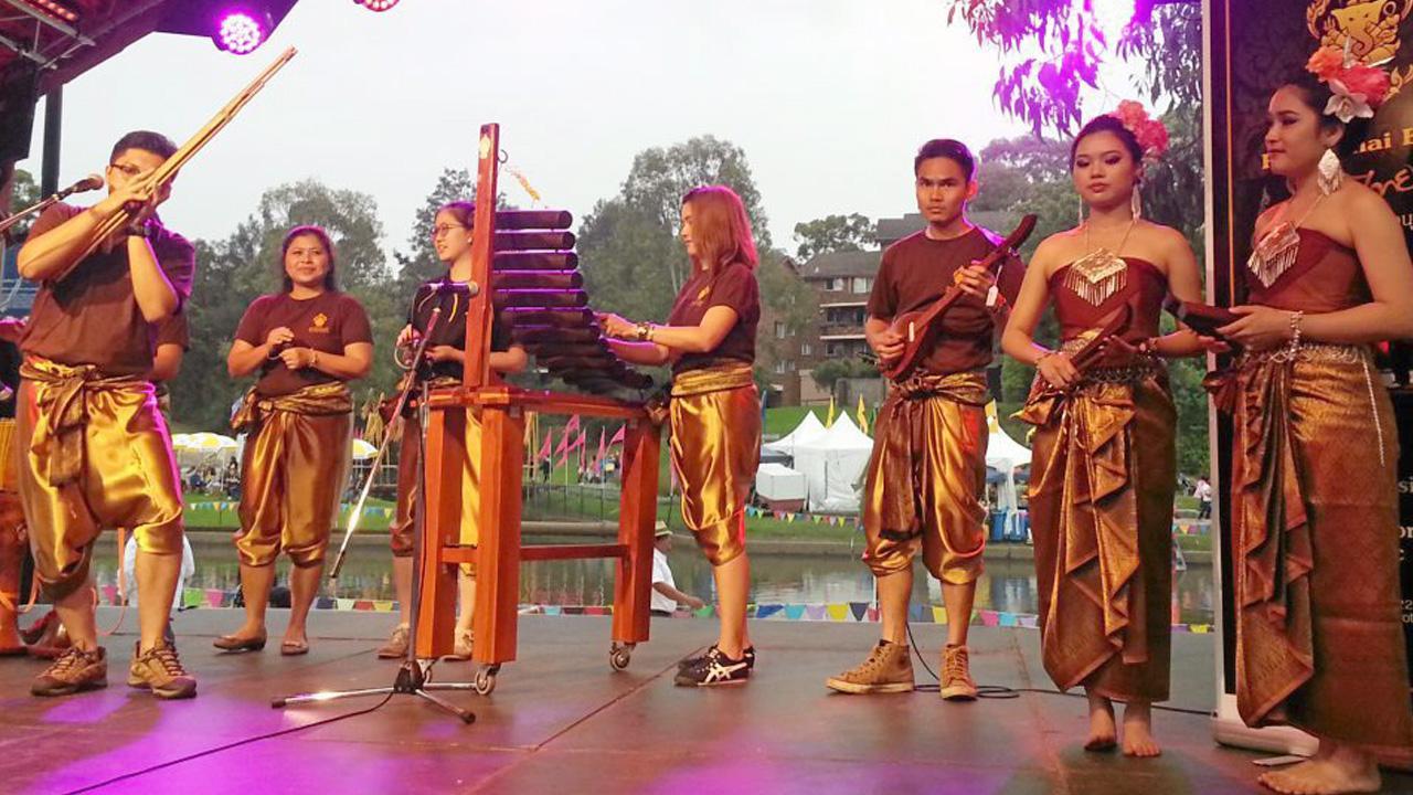 """คนชื่นชอบ ททท.สนง.ซิดนีย์ จัดการแสดงศิลปวัฒนธรรมไทย ในงาน """"ลอยกระทง พารามัตตา"""" ออสเตรเลีย ชาวต่างประเทศชื่นชอบกันมาก โดยเฉพาะการแสดงโปงลาง ที่สร้างความประทับใจแก่ผู้ชม."""