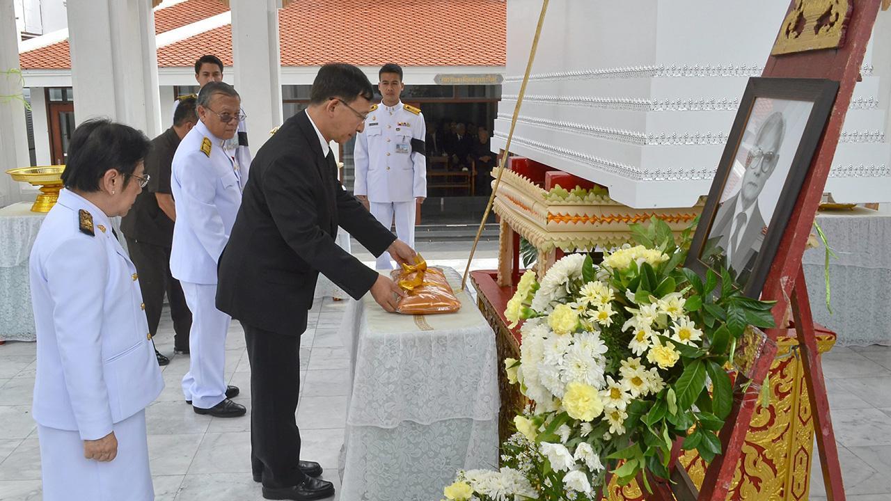 ปลายทางชีวิต ศ.นพ.อุดม คชินทร อธิการบดีมหาวิทยาลัยมหิดล เป็นประธานในพิธีพระราชทานเพลิงศพ พิพัฒน์ สุวรรณกูล บิดาของ ศ.นพ.สุรพล สุวรรณกูล และ นพวรรณ อินทรัมพรรย์ ท่ามกลางบรรดาญาติมิตรผู้ที่รู้จักคุ้นเคยมาร่วมในพิธีด้วย ที่วัดมกุฏกษัตริยาราม วันก่อน.