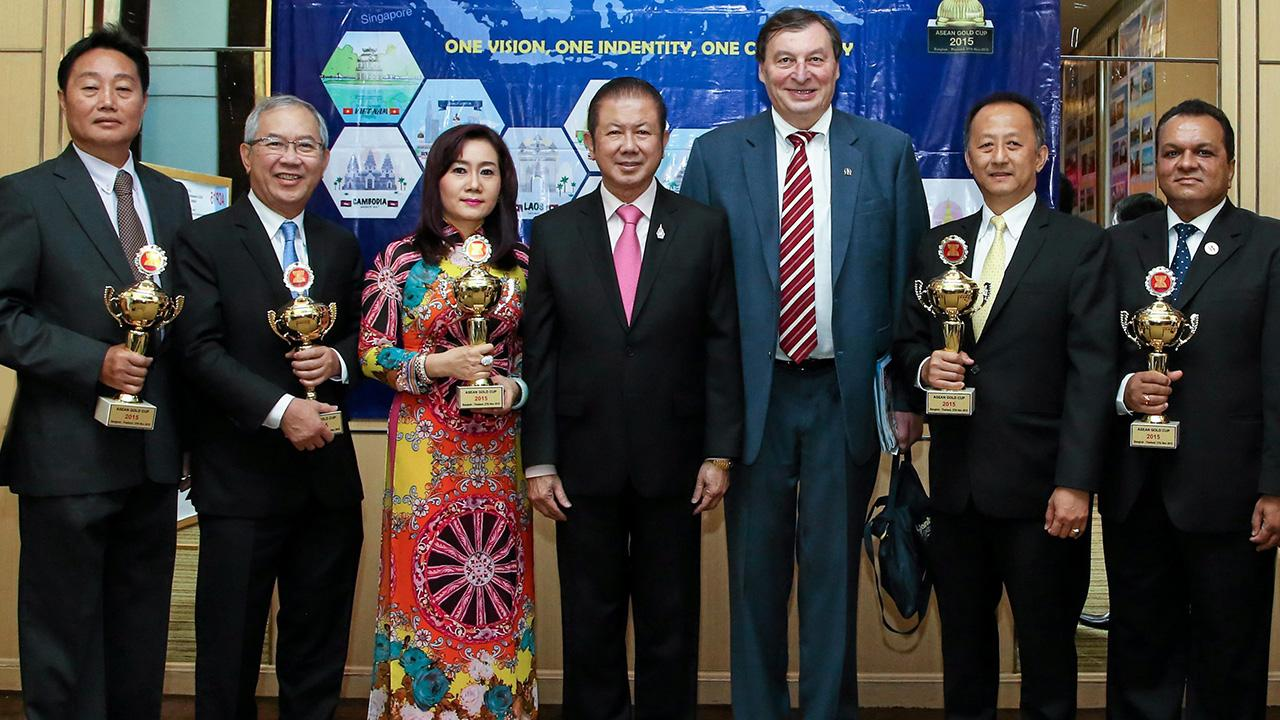 สุดยอด สนั่น อังอุบลกุล และ ดร.ยูริ กูชาคอฟ มอบรางวัลให้แก่ บริษัทยอดเยี่ยมแห่งอาเซียน 2015 จากการจัดของกระทรวงอุตสาหกรรมและการค้าสาธารณรัฐสังคมนิยมเวียดนาม โดยมี วิเศษ วิศิษฏ์วิญญู และ สุเทพ ใต้ธงชัย มาร่วมงานด้วย ที่โรงแรมใบหยก สกาย วันก่อน.