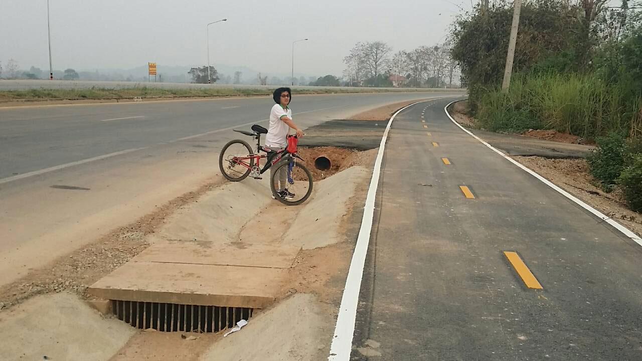 ขี่จักรยานหรือ รถ จยย.มาตอนมืดๆ อาจตกร่องกลางถนนเอาได้ง่ายๆ
