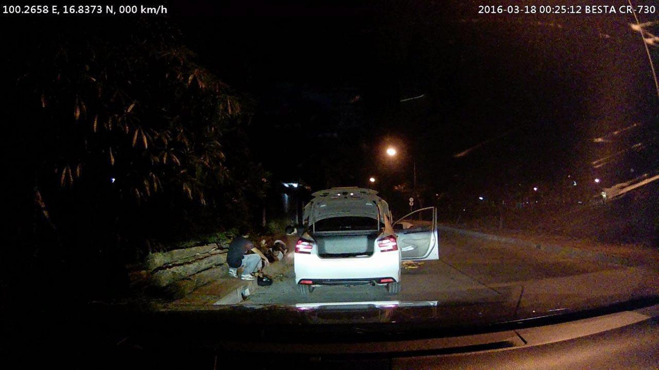 ภาพจากกล้องวงจรปิดของพยานที่จอดรถดูเหตุการณ์ ซึ่งภายหลังตำรวจเอาหลักฐานออกมาโชว์ว่า เป็นคนรู้จักของกลุ่มนักศึกษา