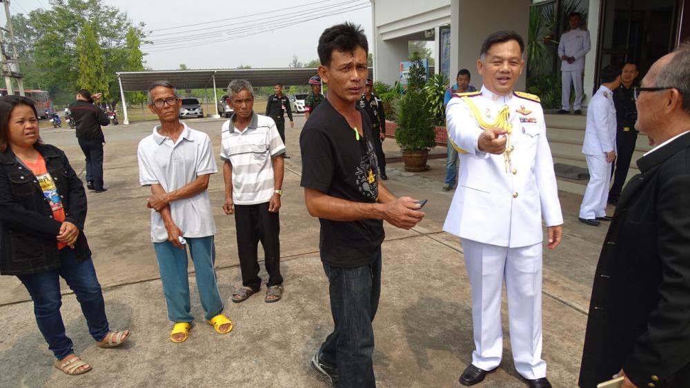 ตัวแทนชาวบ้านจากบ้านตาโมมกว่า 100 คน เข้าร้องทุกข์กับ พล.ต.สถาภรณ์ ใบพลูทอง ผบ.มทบ.27