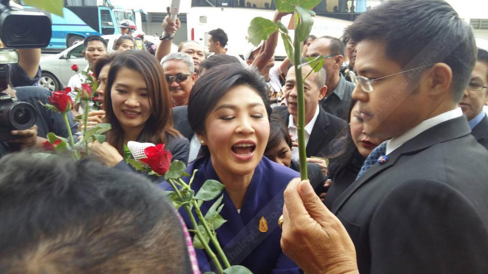 กองเชียร์มอบดอกไม้ให้กำลังใจ หน้าศาลฎีกาฯนักการเมือง ถนนแจ้งวัฒนะ