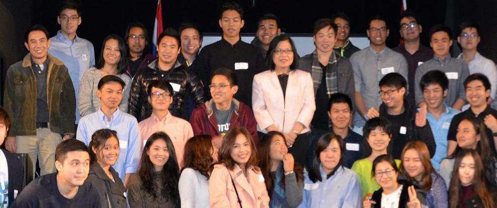 เครือข่าย นศ.ไทย สุทธิลักษณ์ สง่ามั่งคั่ง กสญ.ณ นครแวนคูเวอร์ จัดงานชุมนุมเครือข่ายนักเรียนและนักศึกษาไทยในรัฐบริติชโคลัมเบีย เพื่อแลกเปลี่ยนประสบการณ์ และสร้างเครือข่ายระหว่างนักเรียนนักศึกษากับสถานทูต.