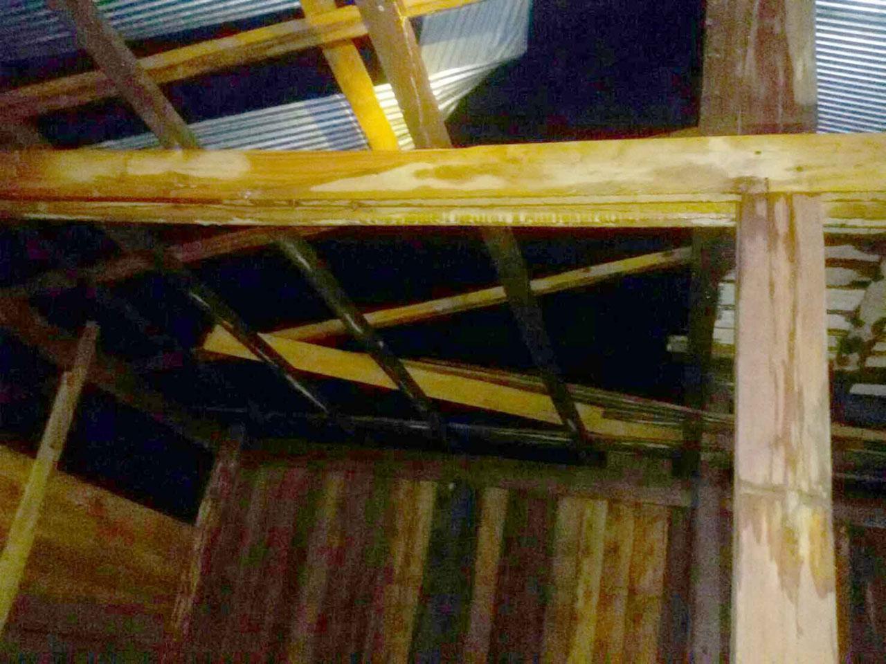 สภาพหลังคาบ้านของชาวบ้าน ตำบลนาพูน อำเภอวังชิ้น จังหวัดแพร่  ได้รับความเสียหาย