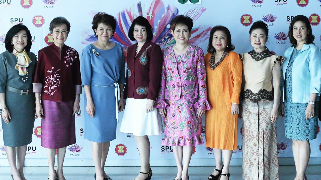 หญิงคนเก่ง คุณหญิงณัฐิกา วัธนเวคิน อังอุบลกุล, อนุสรี ทับสุวรรณ และ ดร.รัชนีพร พุคยาภรณ์ แถลงผลการคัดเลือก 10 นักธุรกิจไทย เพื่อเข้ารับรางวัลสตรีผู้ประกอบการอาเซียนมีผลงานโดดเด่น เนื่องใน วันสตรีสากล ปี 2016 โดยมี จำนรรค์ ศิริตัน มาร่วมงานด้วย ที่กรุงฮานอย เวียดนาม วันก่อน.