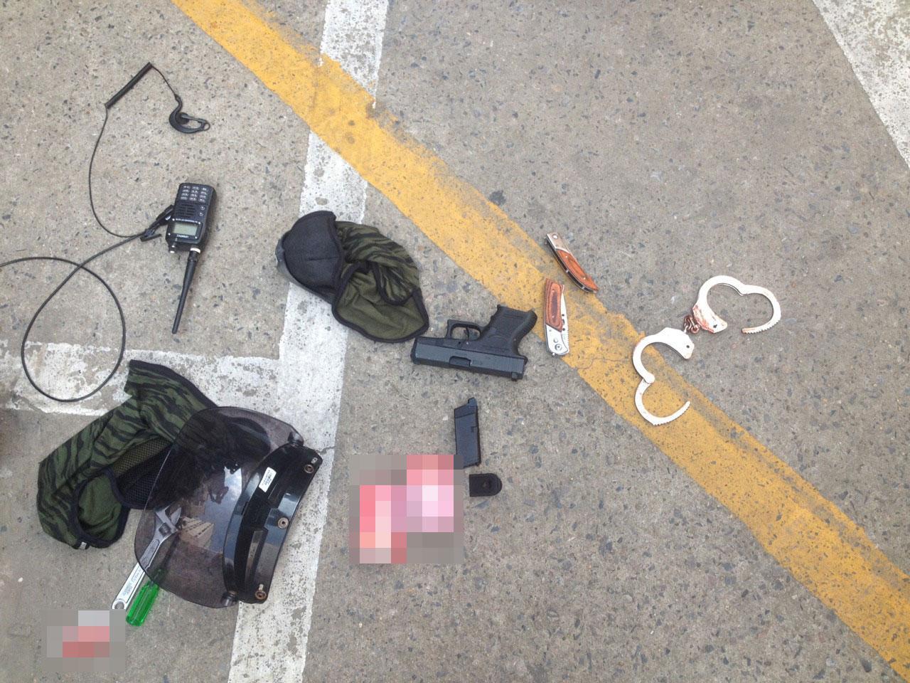 ปืนปลอม-เอกสารของกลุ่มคนคล้ายคนจีนที่ทำตกไว้ในที่เกิดเหตุ