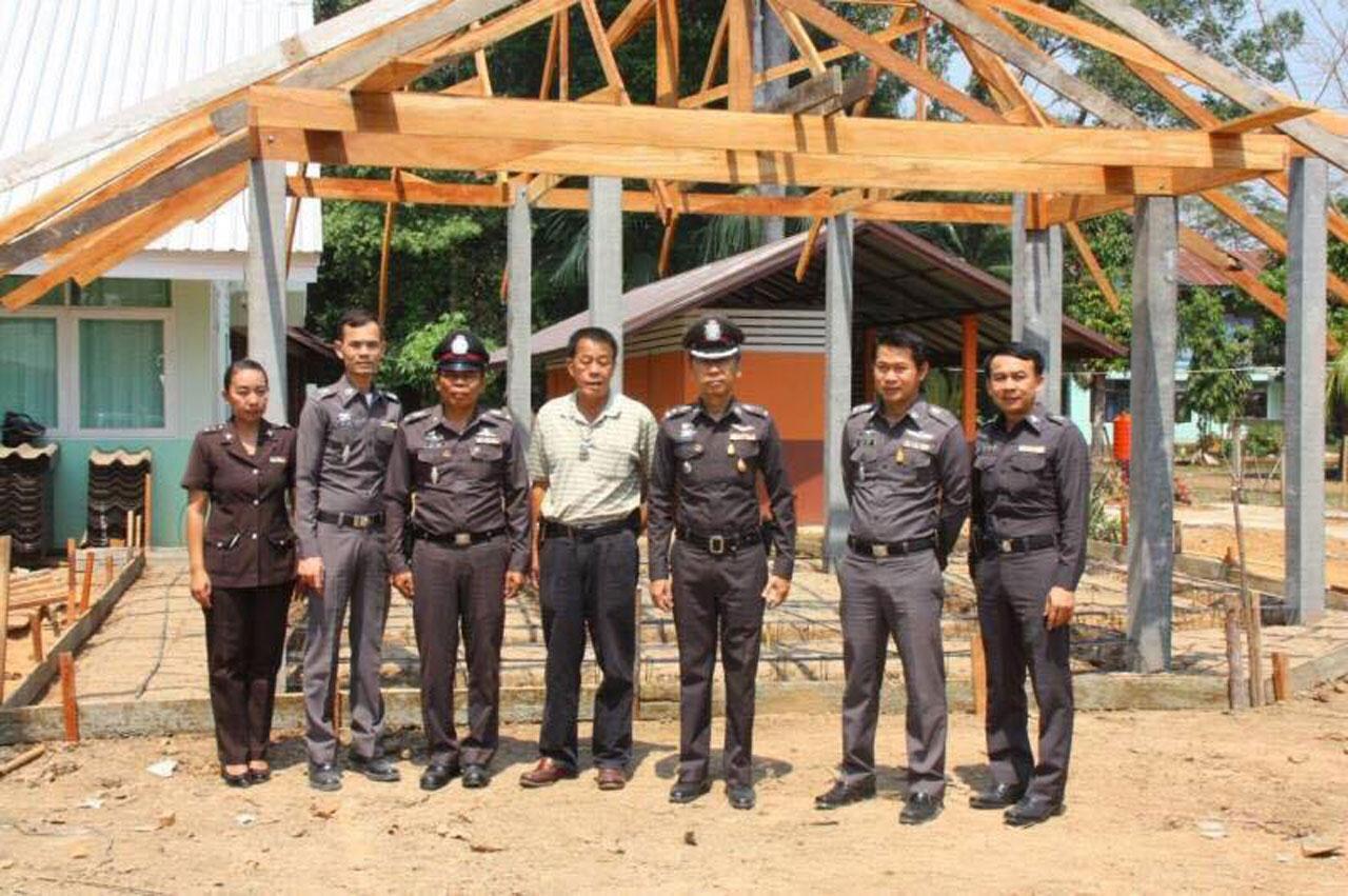 ภาพป้อมตำรวจที่อยู่ระหว่างการก่อสร้าง  เงินค่าดำเนินการทั้งหมดมาจากการจัดแข่งขันมวยการกุศล