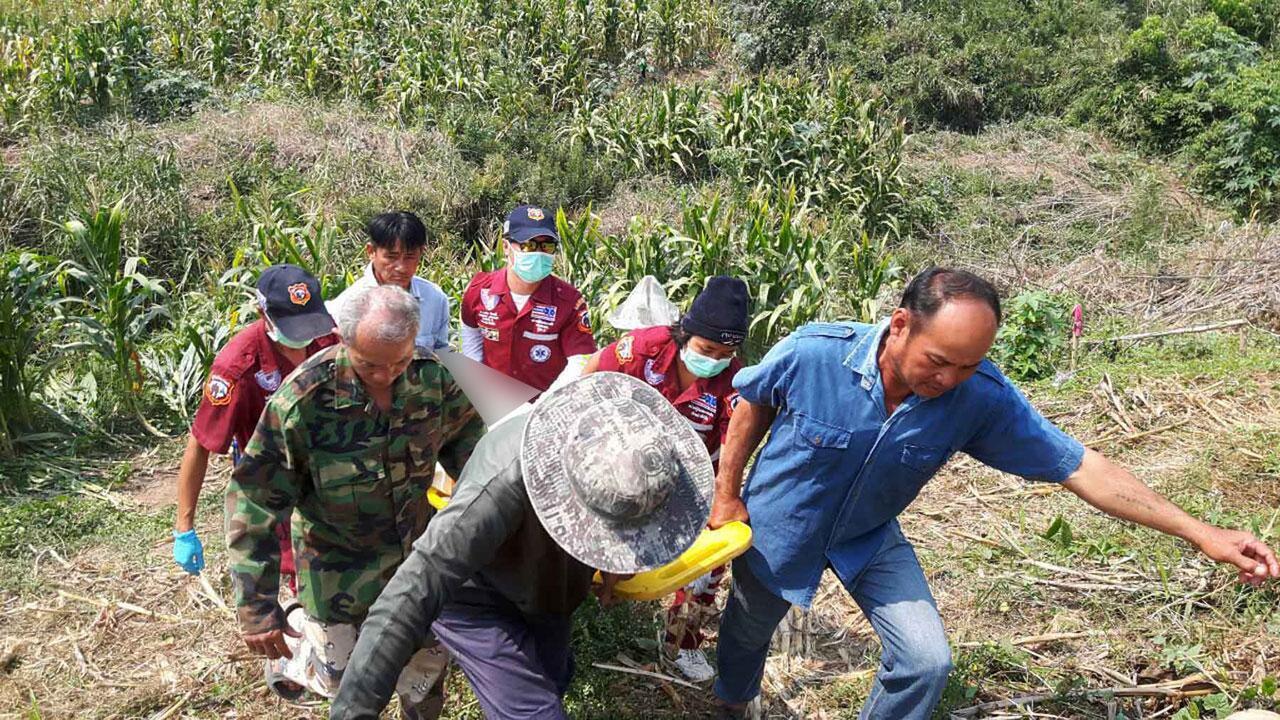 จนท.ลำเลียงร่างของพรานปลา ที่เสียชีวิต หลังถูกปืนดักยิงหมูป่า ลั่นใส่