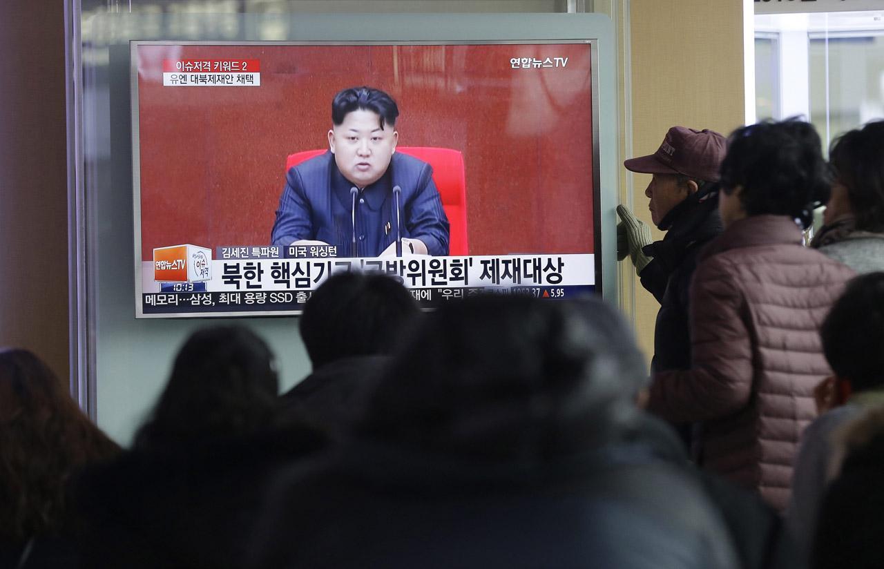 ชาวเกาหลีใต้หยุดยืนดูรายงานข่าวเกาหลีเหนือ ภายใต้การนำของ คิม จอง อึน ยิงขีปนาวุธหลายลูกตกในทะเล