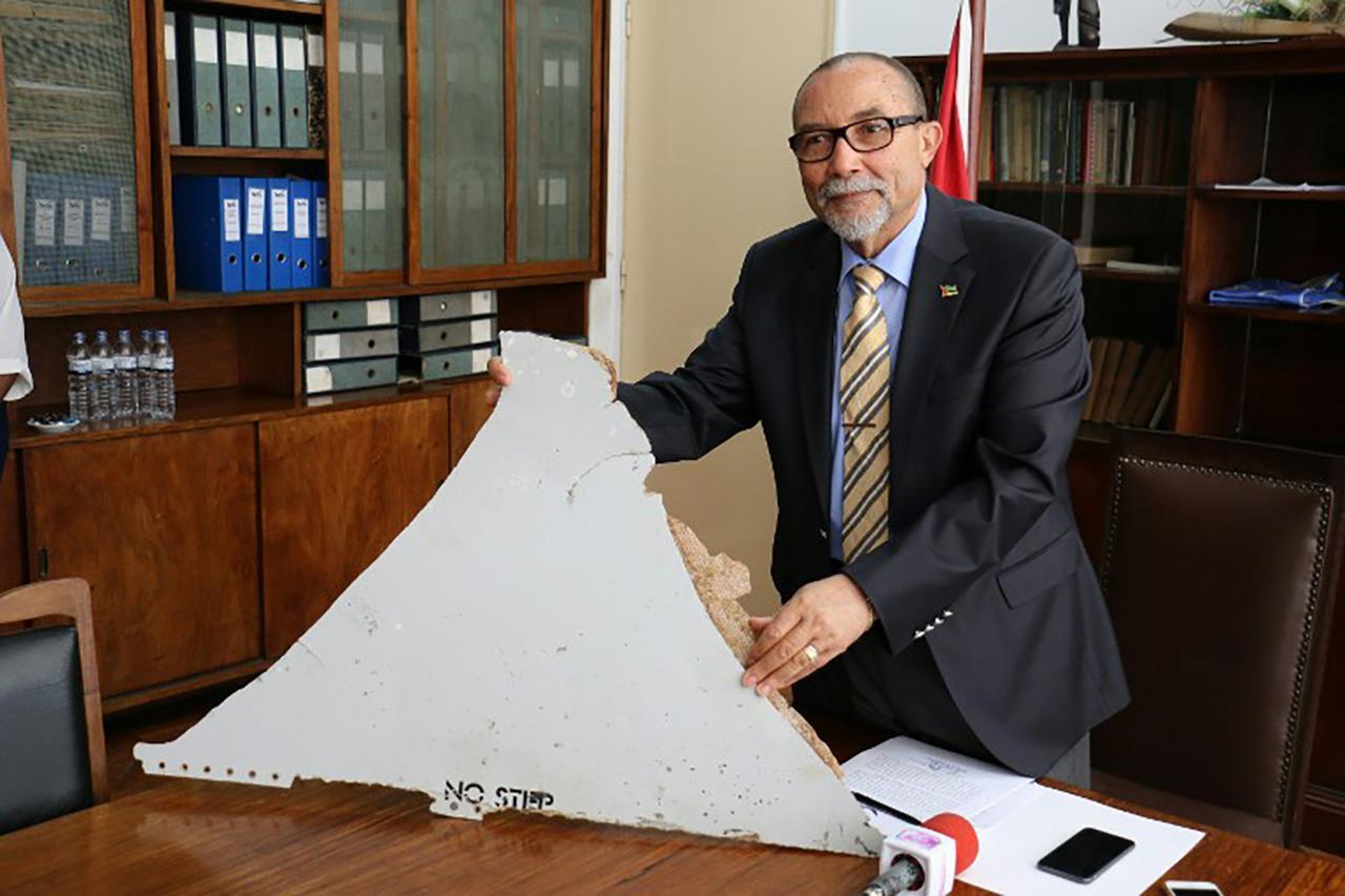 นายจาอัว เดอ อาบรู ประธานสถาบันการบินพลเรือนของโมซัมบิกรับมอบชิ้นส่วนเครื่องบินที่พบ